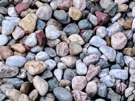 砂利の色にはどんなものがある?砂利の種類や敷き方を知っておこう